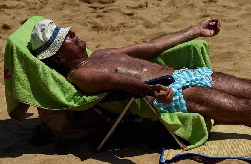 Hombre tomando el sol. FOTO: Reuters