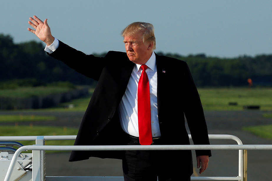 El presidente de los Estados Unidos, Donald Trump, saluda mientras aborda el Air Force One  en el aeropuerto municipal de Morristown, Nueva Jersey, Estados Unidos, de regreso a Washington después de un fin de semana en el Trump National Golf Club en Bedminster