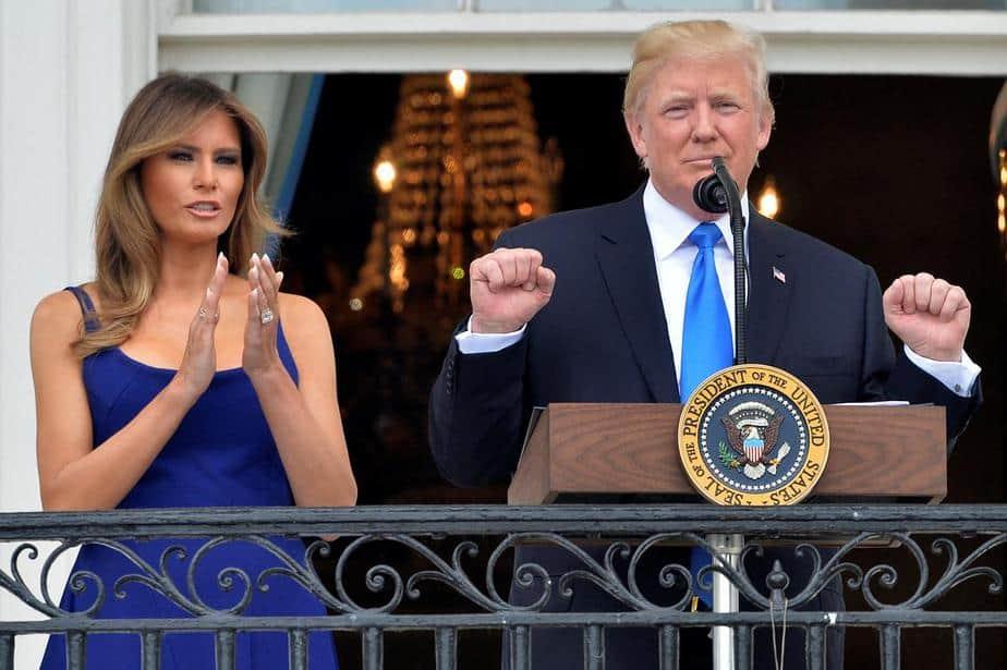 El Presidente Donald Trump concluye sus comentarios mientras la Primera Dama Melania Trump aplaude al dar la bienvenida a familias militares que se han reunido para un picnic del 4 de julio en el Jardín Sur de la Casa Blanca antes de una exhibición de fuegos artificiales en Washington,