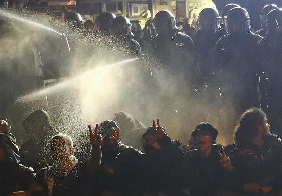 La policía antidisturbios usa gas lacrimógeno contra la gente en el distrito de Schanze después de la cumbre del G20 en Hamburgo, el 9 de julio de 2017. REUTERS / Kai Pfaffenbach IMÁGENES TPX DE LA DA