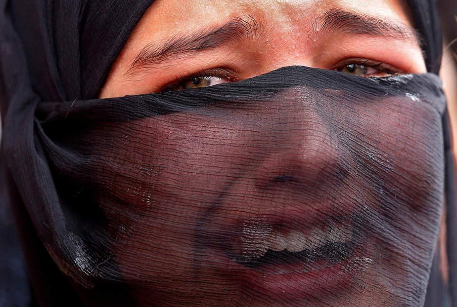 Una chica se lamenta durante el funeral de Aaquib Gul, que según los medios de comunicación locales, murió en una batalla armada con las fuerzas de seguridad india en la aldea Radbugh del distrito de Budgam, en Srinagar el 12 de julio de 2017. REUTERS / Danish Ismail TPX IMAGES OF THE DAY