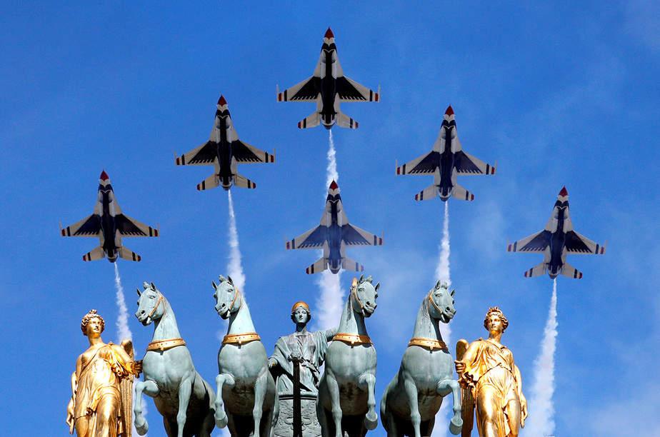 Los Thunderbirds de la Fuerza Aérea estadounidense sobrevuelan el Arco de Triunfo del Carrusel durante el tradicional desfile militar del Día de la Bastilla en París, Francia, el 14 de julio de 2017. REUTERS / Philippe Wojazer IMÁGENES TPX DEL DÍA