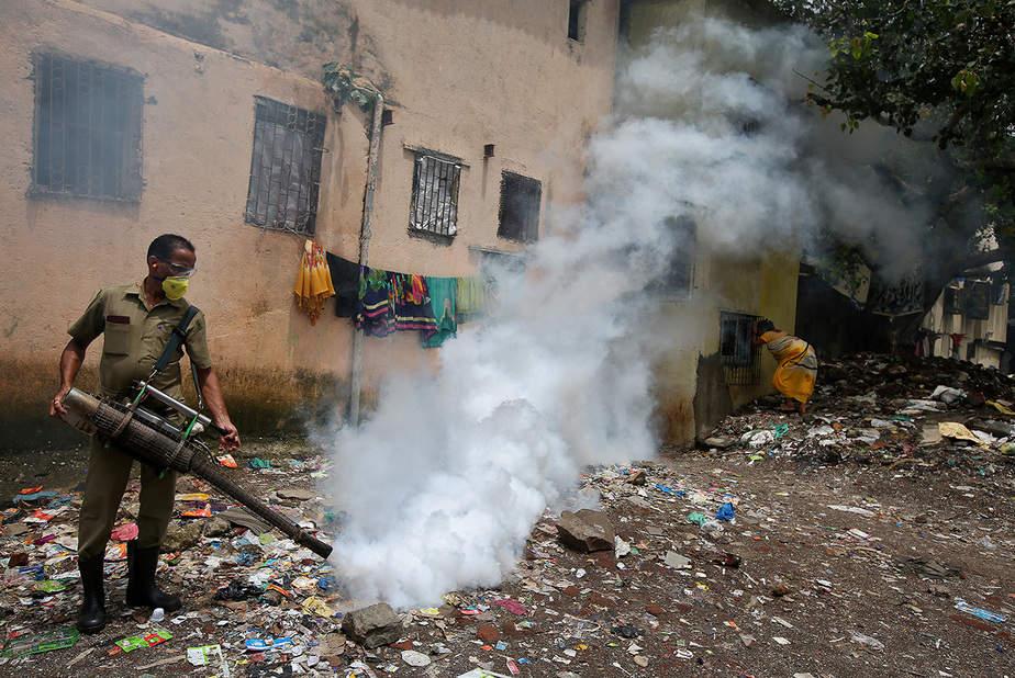 Un trabajador municipal fumiga un área de tugurios para prevenir la propagación del dengue y otras enfermedades transmitidas por mosquitos en Mumbai, India, 19 de julio de 2017. REUTERS / Shailesh Andrade