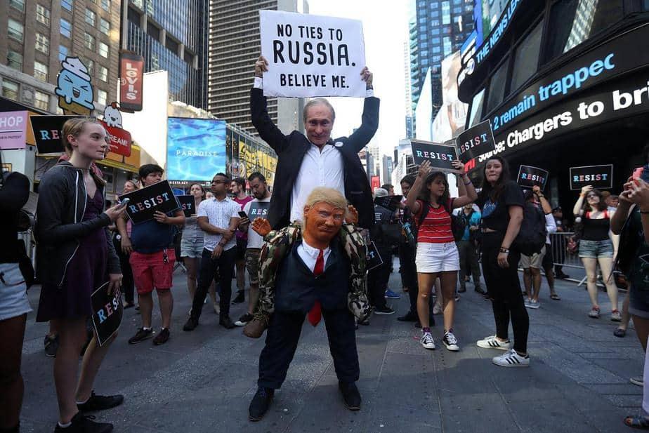 Un participante vestido tanto como el presidente de Rusia, Vladimir Putin, como el presidente de los Estados Unidos, Donald Trump, asiste a una protesta contra el anuncio de Trump de que planea restablecer la prohibición de personas transgénero de servir en cualquier capacidad del ejército estadounidense en Times Square, Nueva York.
