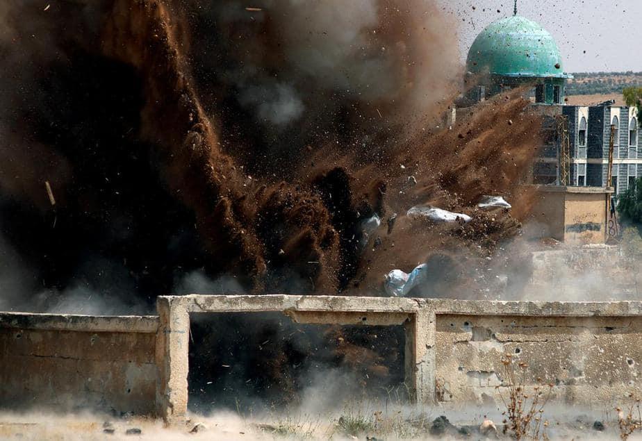 Los miembros de la defensa civil detonan de forma segura las bombas de racimo en la zona controlada por los rebeldes en Daraa, Siria