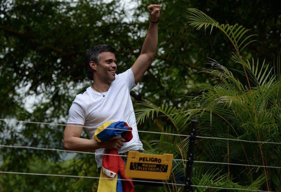 Uno de los opositores, Leopoldo López en su domicilio de Caracas.