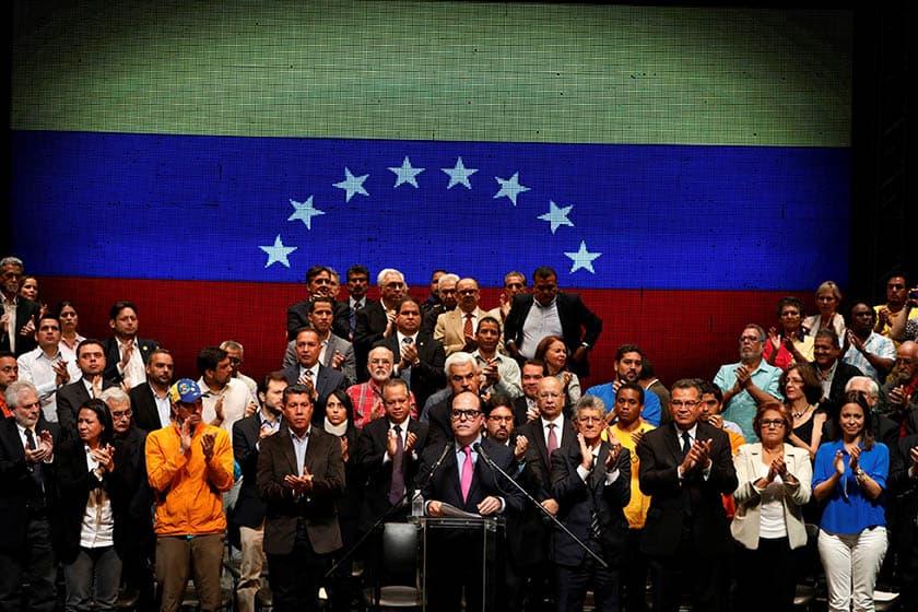 Dirigentes de la oposición venezolana reunidos en torno a la Mesa de Unidad Democrática. FOTO: Reuters