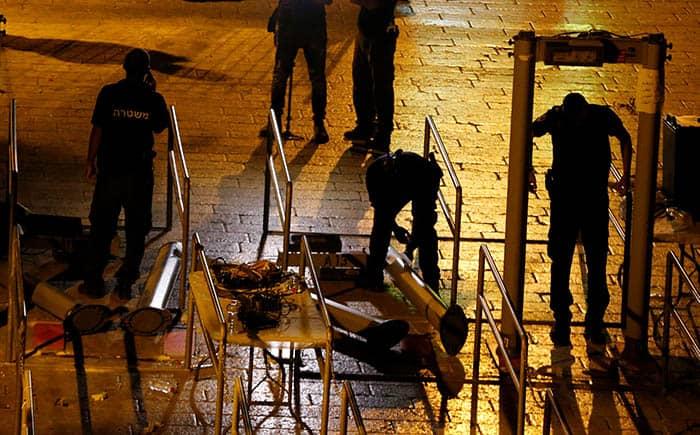 Las fuerzas de seguridad israelíes retiran los detectores de metales de la explanada de las mezquitas.