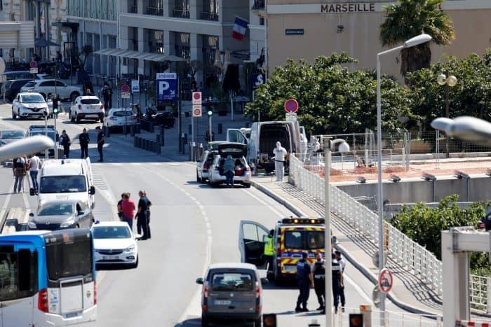 Un muerto y un herido grave en Marsella al estrellarse un coche contra dos paradas de autobús
