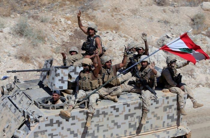 Libanés El grupo terrorista, que se adentró en el país, ha retrocedido hasta prácticamente ser expulsado; pero mantiene rehenes que las autoridades intentan recuperar con vida.