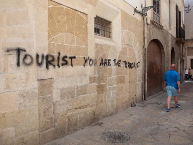 "Graffiti ""Turista eres el terrorista"" en Palma, Mallorca,. Foto: Reuters"