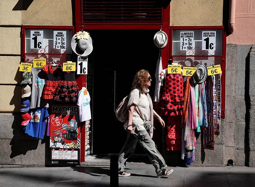 Una mujer pasa por delante de un comercio en Madrid.