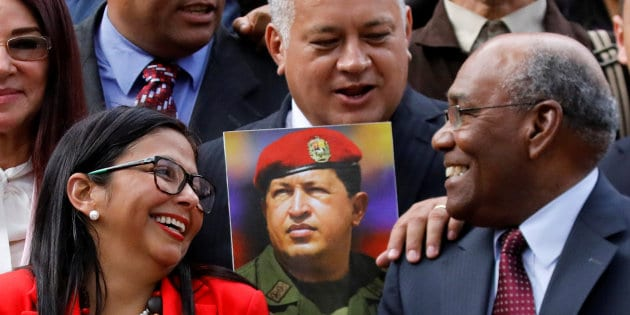 Former Foreign minister Delcy Rodriguez (L) who has been sworn as President of the National constituent assembly chat with National constituent assembly's  First Vice President Aristobulo Isturiz (R) and with National constituent assembly's member Diosdado Cabello during the family picture during the first session of the assembly at the Palacio Federal Legislativo in Caracas, Venezuela, August 4, 2017. REUTERS/Carlos Garcia Rawlins