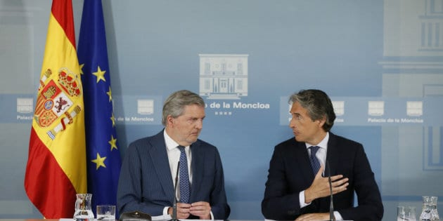 Los ministros de Educación, Iñigo Méndez de Vigo (i) y de Fomento, Iñigo de la Serna