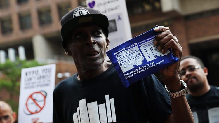 Un participante de la marcha de protesta contra la crisis de sobredosis de drogas en Nueva York (EEUU). Reuters
