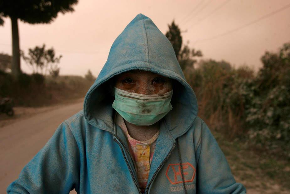 Un aldeano es visto después de una erupción del volcán Monte Sinabung, en la aldea de Beganding, Karo, Sumatra del Norte, Indonesia