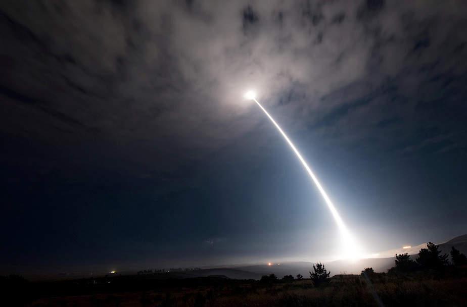 Un misil balístico intercontinental Minuteman III desarmado se lanza durante una prueba operativa a las 2:10 am Hora del Pacífico en la Base Aérea de Vandenberg, California, EE.UU.