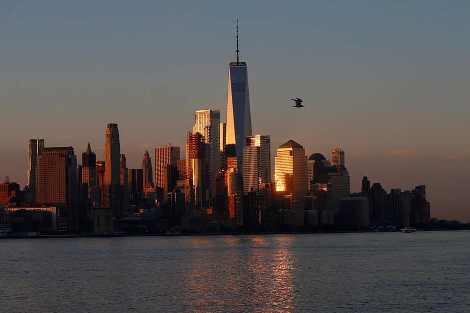 Una vista de la torre del World Trade Center y el horizonte de Manhattan inferior de la ciudad de Nueva York al amanecer como se ve desde Hoboken, Nueva Jersey, EE.UU.