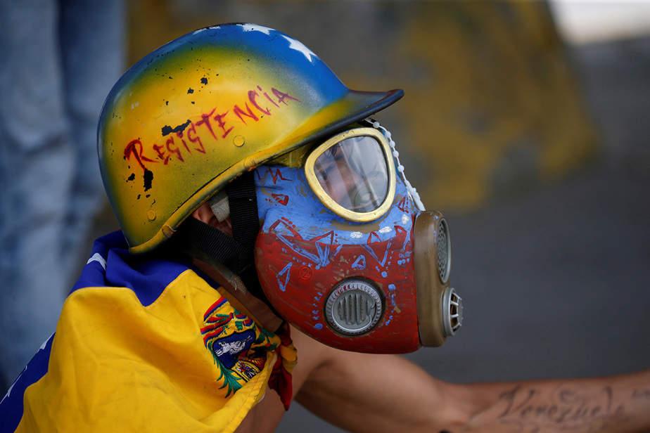 Un manifestante se enfrenta a las fuerzas de seguridad antidisturbios durante una manifestación contra el gobierno del presidente de Venezuela, Nicolás Maduro, en Caracas, Venezuela