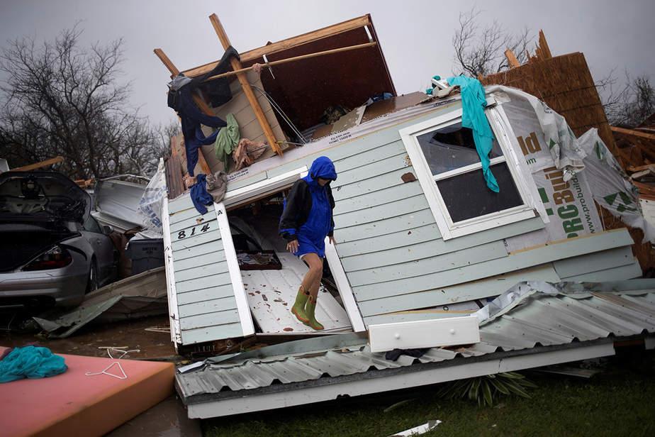 Barbara Koster está de pie en su puerta mientras examina su propiedad que fue devastada por el huracán Harvey en Rockport, Texas, EE.UU.