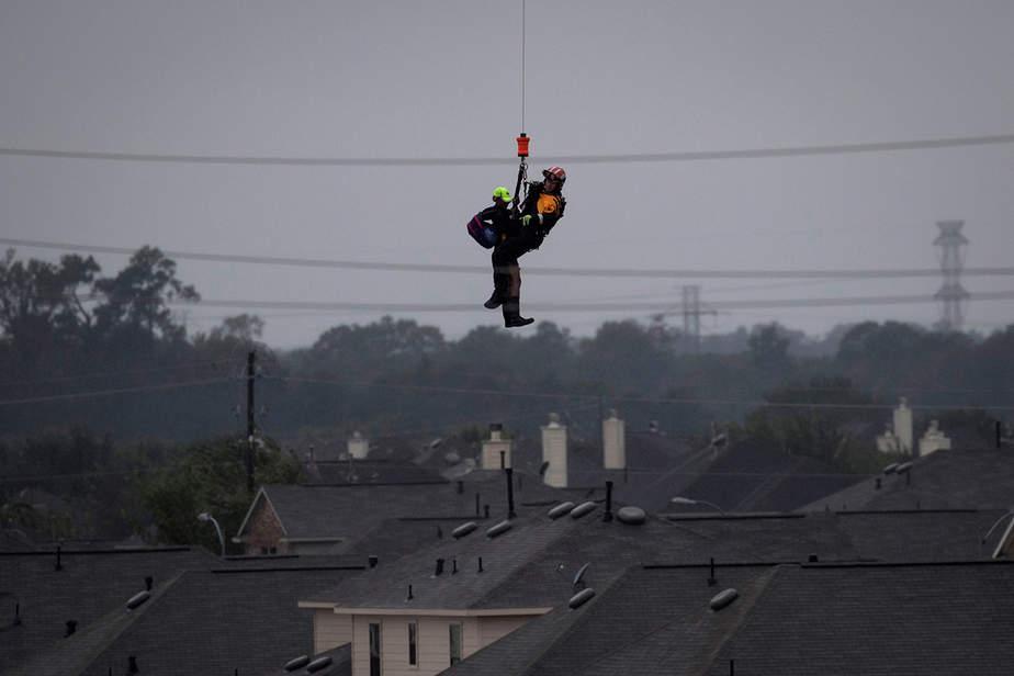Un helicóptero militar y personal rescata a un residente varado de las inundaciones causadas por la tormenta tropical Harvey en el este de Houston, Texas, EE.UU.