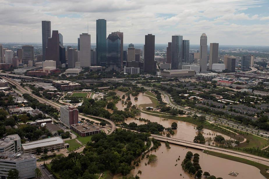 El horizonte de Houston se ve en el fondo como Buffalo Bayou se ve inundado de la tormenta tropical Harvey en Texas, EE.UU.