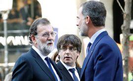 El presidente del Gobierno, Mariano Rajoy, junto al Rey y Puigdemont.