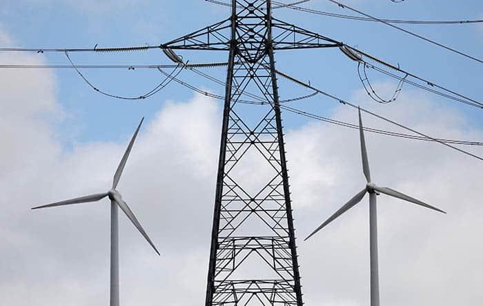 Postes de electricidad y de energía eólica. Los precios suben.