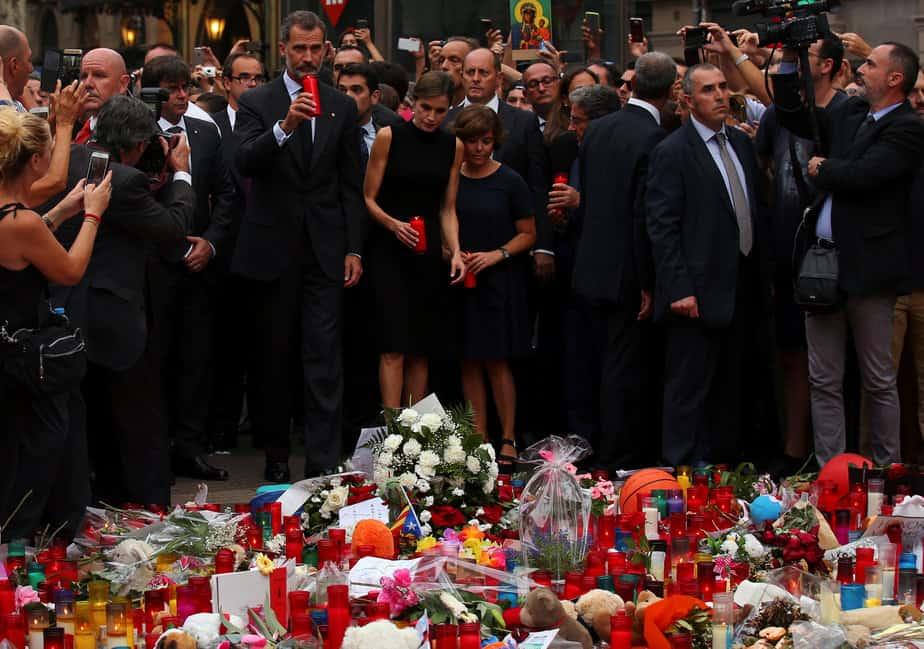 Los reyes colocan velas en el lugar del homenaje a las víctimas del atentado terrorista en La Rambla