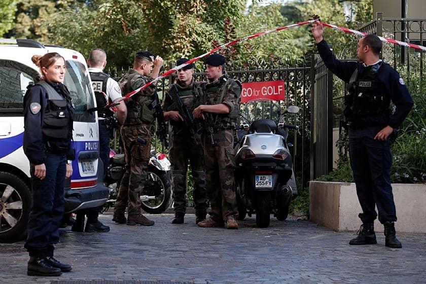 Militares y policías franceses en el lugar del atropello.