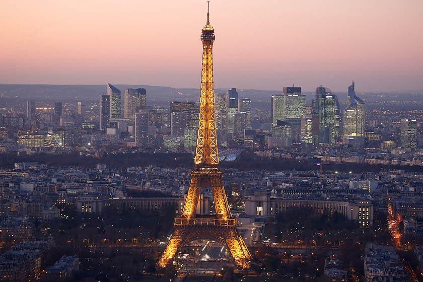 Vista de la torre Eiffel de París, uno de los destinos del extranjero preferido por los españoles.