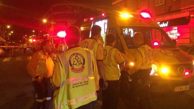 Atropellado El vehículo se ha estrellado contra la tienda, situada en el número 26 de la calle Mezquita, por causas que se desconocen por el momento, en un suceso que se ha saldado además con otros tres heridos, todos ellos en estado leve