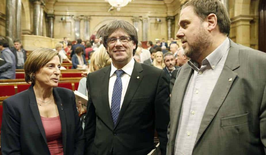 De izq a der: Carme Forcadell, Carles Puigdemont y Oriol Junqueras
