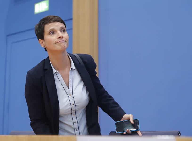Renuncia a su escaño Frauke Petry, líder de Alternativa para Alemania.