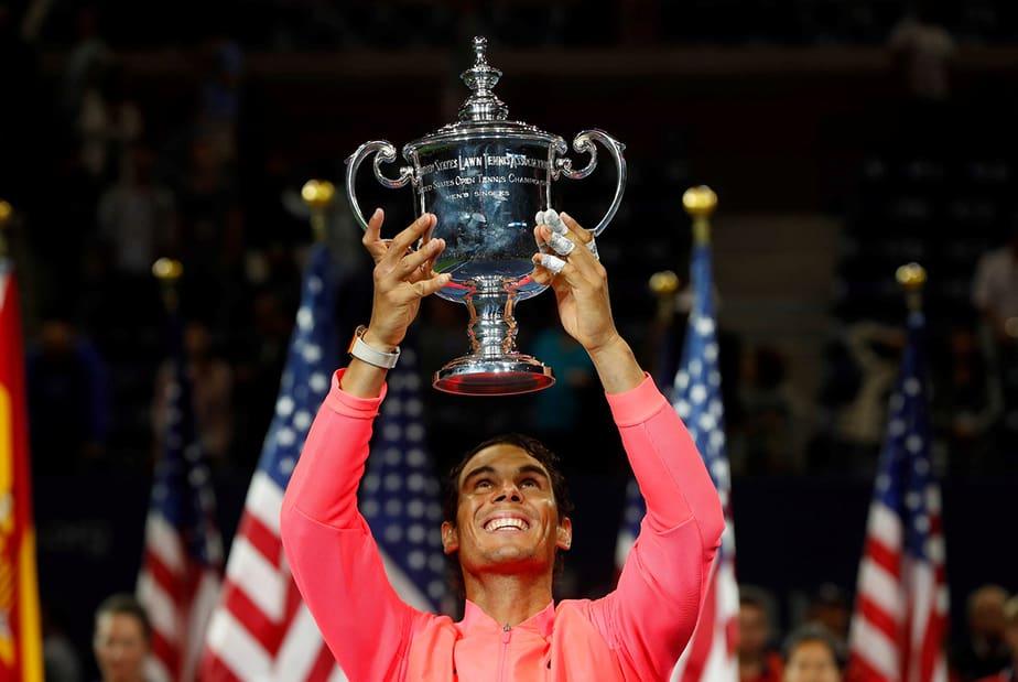 Tenis - US Open - Mens Final - Nueva York, Estados Unidos - 10 de septiembre de 2017 - Rafael Nadal de España tiene el trofeo después de derrotar a Kevin Anderson de Sudáfrica.