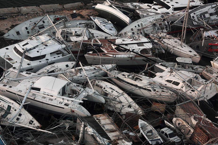 Los barcos naufragados por el huracán Irma son vistos desde un avión en Sint Maarten, Países Bajos.