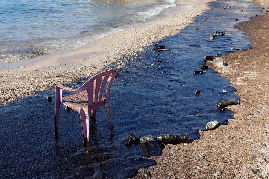 El petróleo que salió de un pequeño barco petrolero que se hundió el 10 de septiembre, se ve en una playa de la isla de Salamina, Grecia