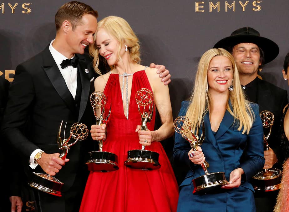 Alexander Skarsgard, Nicole Kidman, Reese Witherspoon y otros posan con su Emmy para la Serie Limitada Excepcional para Big Little Lies.