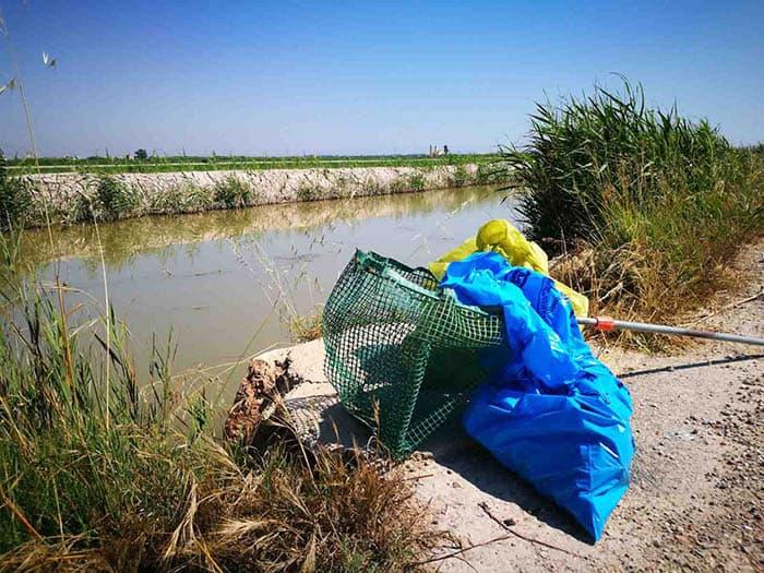 Recogida de plásticos en un arroyo.