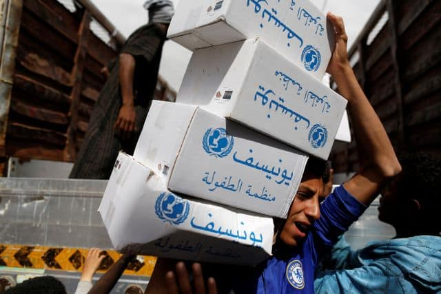 Un voluntario en Sana'a, Yemen, lleva los kits de higiene de UNICEF, 24 de mayo de 2017. (Khaled Abdullah / Reuters)