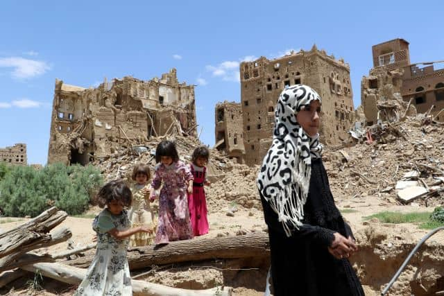 Las muchachas yemeníes están cerca de casas destruidas por ataques aéreos dirigidos por Arabia Saudí en una afueras de la ciudad noroccidental de Sa'da, el 5 de septiembre de 2017. (Reuters / Naif Rahma)