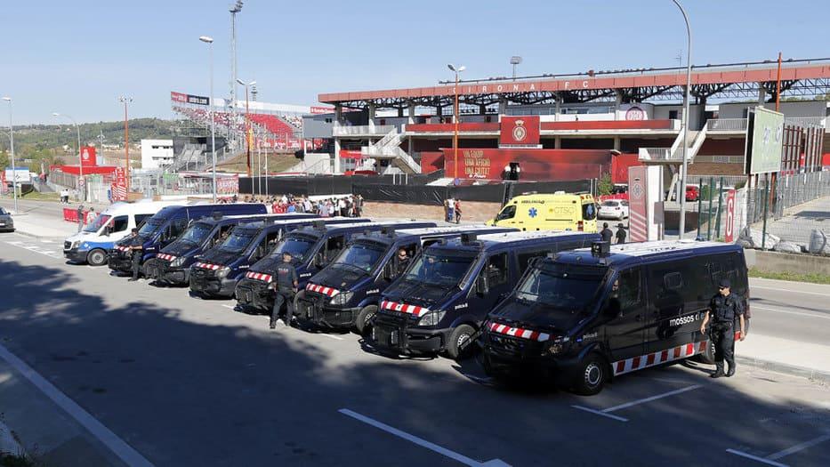 Los Mossos cuidan los alrededores del estadio en Girona