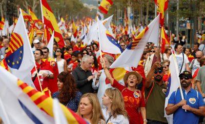 """Gritos de """"Puigdemont a prisión"""" en la manifestación del 12-O en Barcelona"""