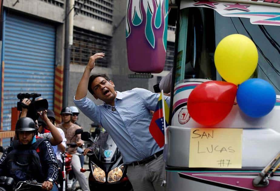 El candidato opositor al estado central de Miranda, Carlos Ocariz, durante un operativo para movilizar a los votantes (Reuters)