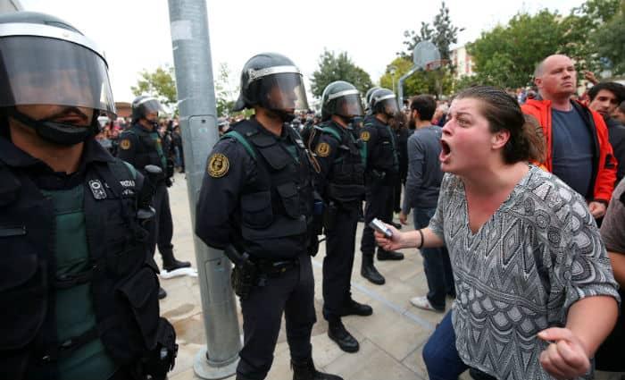 Una mujer grita a la Policía en Cataluña.
