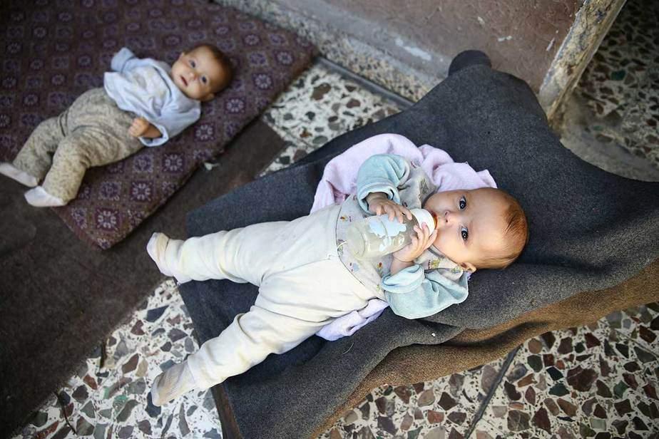 """En la zona de Hazzeh, en Ghouta, al este de Damasco Safa y Marwa sufren de desnutrición. Al menos 1,200 niños en Ghouta oriental sufren de desnutrición, en aumento con otros 1.500 en riesgo, dijo una portavoz de la agencia de Naciones Unidas para la infancia UNICEF. """"Podríamos estar a las puertas de la inanición, de una catástrofe médica"""", dijo el trabajador de salud Mahmoud al-Sheikh. Dijo que los niños aún no se estaban muriendo de hambre, pero que podrían estarlo pronto. """"Dios ayude a la gente en el tiempo venidero"""". REUTERS"""