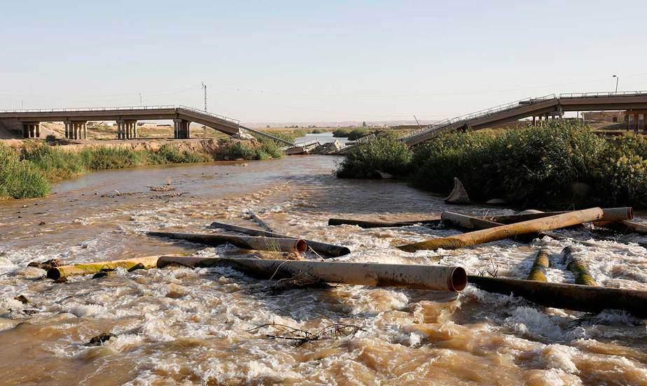 Un puente destruido por un ataque aéreo en las afueras al este de Raqqa, Siria, el 5 de octubre. (Reuters / Erik De Castro)