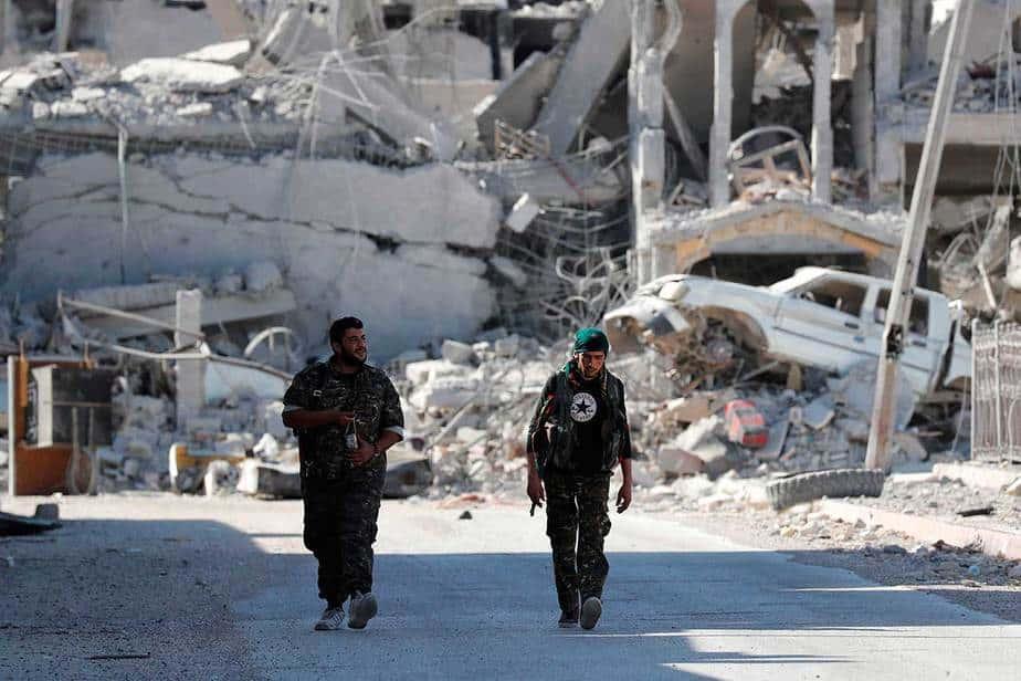 Los combatientes de SDF caminan por una carretera en Raqqa, Siria el 5 de octubre. (Reuters / Erik De Castro)
