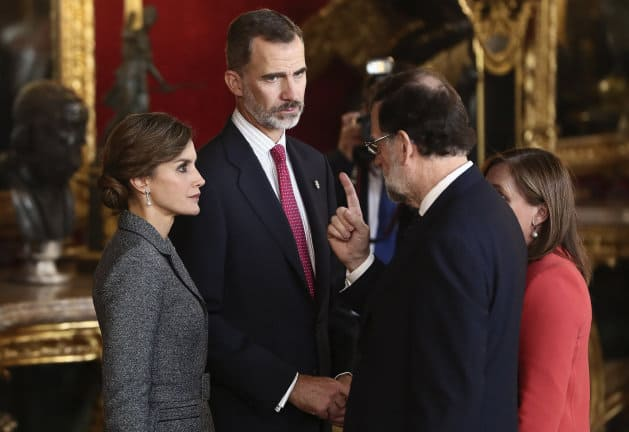 -FOTODELDIA- Spain's King Felipe Vi (C), and Queen Letizia (L), chat with Spanish Prime Minister, Mariano Rajoy (2-R), and his wife Elvira Fernandez (R), upon their arrival at the traditional royal reception to mark Spain's National Day at Royal Palace, in downtown Madrid, Spain, 12 October 2017. EFE/Mariscal