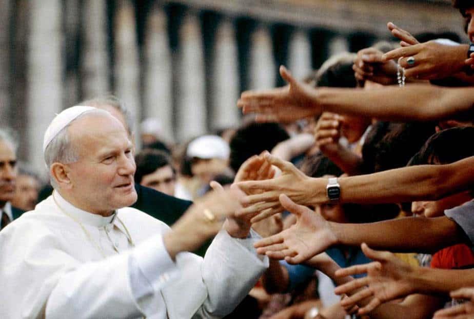 Papa Juan Pablo II saluda a los fieles